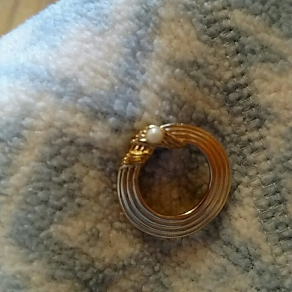 Jewelry - Round pin, gold color with pearl (not real pearl)
